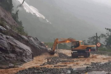 Sạt lỡ đường Đà Lạt - Nha Trang do bão số 9 gây nên