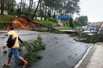Mưa lớn một số tuyến đường ở Đà Lạt đã bị sạt lở nghiêm trọng