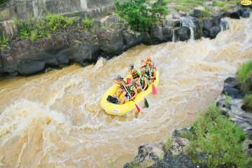 Tour chèo thuyền vượt ghềnh thác trên sông tại Đà Lạt